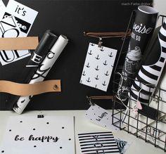 Heut zeig ich euch ein kleines DIY. Ein Memoboard mit Kreidelack und Lederriemen. Zusätzlich hab ich noch 4 Grafiken im Postkartenformat für euch. #DIY #Memoboard Memo Boards, Voss Bottle, Water Bottle, Shops, Etsy, Party, Blog, Poster, Print Templates