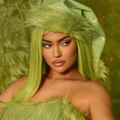 1 DAY until Kylie X The Grinch drops! 💚 what are you picking up? ❄️ 11.19 3pm pst 🎄 Moda Kylie Jenner, Kylie Jenner Icons, Kylie Jenner Fotos, Looks Kylie Jenner, Estilo Kylie Jenner, Kylie Jenner Style, Kardashian Jenner, Jenner Photos, Kyle Jenner