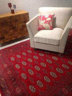 Mielettömän kaunis aito matto, joka sopii väreiltään erinomaisesti joulun sisustukseen. Decor, Home Decor, Rugs, Villa
