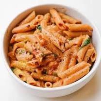 Gigi Hadid's Spicy Vodka Sauce Recipe - Gigi Hadid Pasta Vodka Sauce Pasta, Pasta Sauce Recipes, Easy Pasta Recipes, Veggie Recipes, Whole Food Recipes, Dinner Recipes, Cooking Recipes, Healthy Recipes, Dinner Ideas