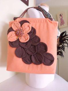 Bolso con asa de madera y flor con piedras.