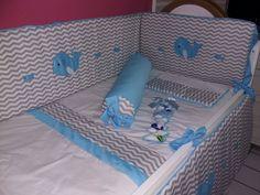 Enxoval José Luiz- Kit berço no tema Baleia nas cores chevro e azul claro com mosquiteiro de dossel e mobile com nome em feltro para porta de maternidade  Fone e WhatsApp: 081 98178-4404