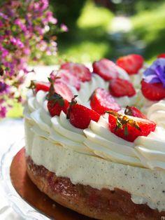 Olen jo pitkään halunnut kokeilla Kinuskikissan alkukesän unelmakakkua, jossa vaniljalla maustetun juustokakkukerroksen alle kätkeytyy ihanan … Cheesecake, Food And Drink, Favorite Recipes, Sweets, Feta, Baking, Desserts, Cakes, Tailgate Desserts