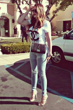 Khloe Kardashian street style with skinny jeans and Chanel bag.