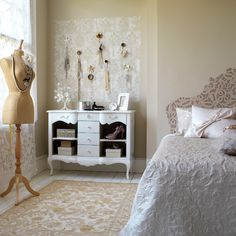 vintage bedroom: arrangement of hooks