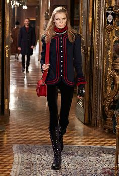 The latest fashion shows, ready-to-wear & accessories collections and Haute Couture on the CHANEL official website London Fashion Weeks, Fashion Week Paris, Fashion Mode, Fashion News, Runway Fashion, Fashion Show, Fashion Trends, Chanel Jacket, Chanel Paris