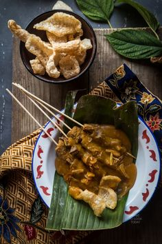 Sate Padang is a specialty beef satay from West Sumatra served in aromatic curry-like thick sauce. You seriously don't know sate until you taste this ; Goat Recipes, Asian Recipes, Cooking Recipes, Savoury Recipes, Asian Foods, Sweets Recipes, Sate Padang, Beef Satay, Bo Bun