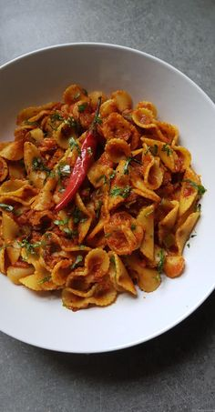 Pâte aux crevettes, sauce tomate et poivrons - Pour 2: 170 g de pâte de votre choix, 200g de crevettes décortiquées, 250g de pulpe de tomate (genre Muti), 1 petit oignon rouge,  un poivron rouge et un vert, 2 gousses d'ail, sel et poivre, paprika, piment en poudre, 2 petits piments, coriandre ciselée, huile d'olive