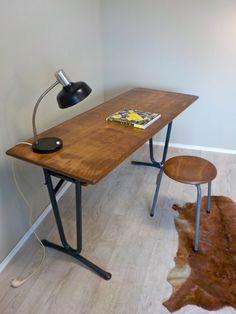 Schulbank mit furnierter Tischplatte und schiefergrauen Metallgestell. Die…