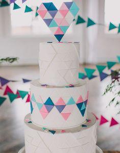 Pastel geométrico para tu boda 2015. Encuentra más inspiración en http://bodatotal.com/