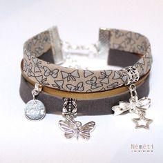 Bracelet tissu imprimé noeuds papillons - gris beige doré - breloques - femme