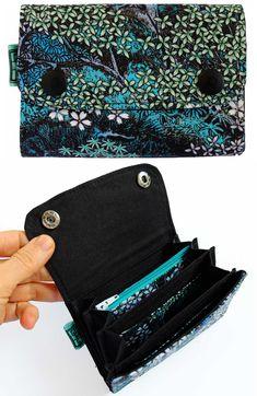 018ddddaf7 Piccolo, ma capientissimo portafoglio a fisarmonica con tessuto in cotone.  Ha taschini per contenere