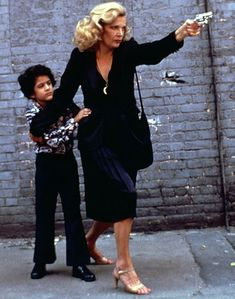 "Gena Rowlands in ""Gloria"" Director: John Cassavetes. Gena Rowlands, Classic Actresses, Hollywood Actresses, Actors & Actresses, Sharon Stone, John Cassavetes, Divas, Cult Of Personality, Tecno"