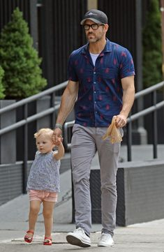 Ryan Reynolds holds his daughter Inez's hand in NYC. Ryan Reynolds Kids, Ryan Reynolds Daughter, Ryan Reynolds Style, Blake Lively Ryan Reynolds, Stylish Mens Outfits, Casual Outfits, Men Casual, Casual Fashion For Men Over 50, Blake Lively Daughter