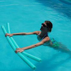 Do you feel jittery and sweaty in your yoga practice and wish there was a different way? Here are 5 water yoga poses to do in the pool! Water Aerobic Exercises, Swimming Pool Exercises, Pool Workout, Water Workouts, Pool Noodle Exercises, Pilates, Pool Activities, Water Aerobics, Yoga Posen