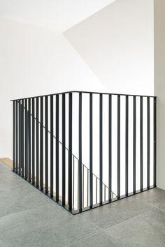 Strakke metalen muurgreep voor op overloop en trap