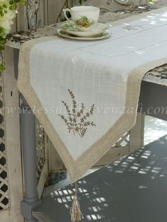 """Franja central / corredor serie """"Lavande"""" Autrefois - Runner, strisce centrotavola e tovagliette shabby chic e provenzali Vintage Tablecloths, Christmas Decorations For The Home, Christmas Crafts For Kids, Cheap Christmas, Dining Table Runners, Shabby Chic, Table Covers, Farmhouse Table, Sewing"""