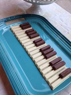 White kit kat bars and halved regular bars make a pretty little piano keyboard for a recital treat. Music Theme Birthday, Music Themed Parties, Music Party, Third Birthday, Birthday Ideas, Birthday Cake, Piano Cakes, Music Cakes, Music Themed Cakes