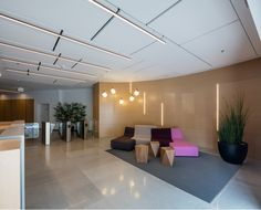רושם ראשוני: כך מעצבים לובי מזמין למשרד | בניין ודיור