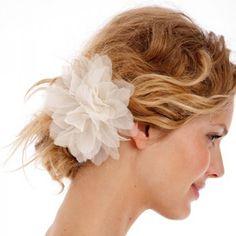 Une barrette fleur en soie