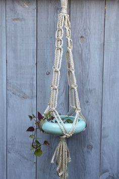 Suspensión de planta de macramé grueso con jardinera plana cerámica. Viene en azul o rosa.