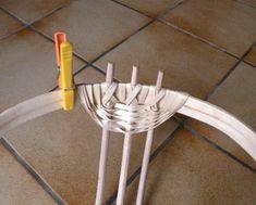 Ce potatoes basket (panier à patates) est une corbeille avec poignées à trois arceaux principaux. 1°) Réaliser un cerceau et trois arceaux: Ici, cerceau de diamètre 28 cm formé à partir d'une latte de châtaignier, et côtes en noisetier. pour le cerceau...