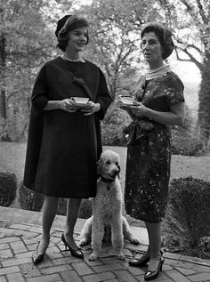 Jackie Kennedy with her mother discussing the fab time they had at the Poodle Peace Parade. Mr Poodle is a cousin to my sweet boy, Hermoso. Jacqueline Kennedy Onassis, John Kennedy, Les Kennedy, Jaqueline Kennedy, Caroline Kennedy, Dog Life, Famous People, Standard Poodles, French Poodles