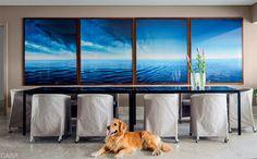 O mar das fotos de Tuca Reinés abre um horizonte na sala de jantar.