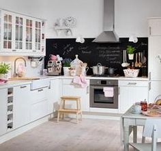 Wunderschöne helle Küche