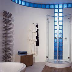 ¡Decora la sala de #baño con bloques de vidrio de colores! #Decoración #IdeaTuHogar