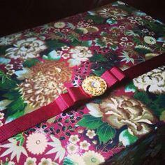 Caixa floral vermelha