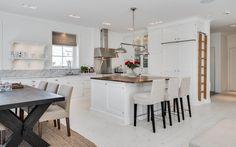 "Se fler bilder ifrån huset     New England hus A3075  ""Alla familjer är olika Kitchen Dining, Kitchen Island, Kitchen Inspiration, Table, Villa, Furniture, Design, Home Decor, Pictures"