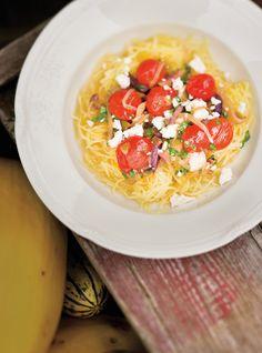 Courge spaghetti aux oignons, aux tomates et aux olives