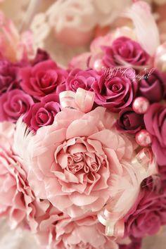 ピンクの濃淡ローズに、フェザーやピンクパールも入れて、ウェディングの雰囲気たっぷりのラブリーなバックブーケ。