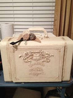 51 Ideas Sewing Box Makeover Shabby Chic For 2019 Painted Suitcase, Suitcase Decor, Vintage Suitcases, Vintage Luggage, Paint Furniture, Furniture Makeover, Vintage Decor, Retro Vintage, Upcycled Vintage