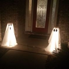 How to Make DIY Halloween Ghost Lights For Your Front Porch front ghost halloween lights porch DecorationOutdoor Diy Halloween Ghosts, Theme Halloween, Halloween Porch Decorations, Holidays Halloween, Diy Ghost Decoration, Rustic Halloween, Diy Halloween Lighting, Diy Halloween Haunted House Ideas, Outdoor Halloween Lights