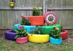 pots de fleurs en objets de récupération: pneus peints à la bombe