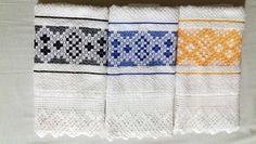 Conjunto de 7 unidades do Pano de copa / prato Tucano.  07 unidades de tecido atoalhado bordado à mão e com barra de crochê.    Podem ser usados para secar a louça, as mãos e, em especial, decorar a cozinha. Conjunto de sete unidades, uma para cada dia da semana.  Sugestão: em um dos conjuntos no... Chicken Scratch, Hand Stitching, Towel, Embroidery, Kitchen Products, Dish Towels, Dishes, Toco Toucan, Needlepoint