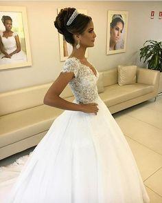 Pronta para o sim!  . #universodasnoivas #noiva #weddings #wedding #weddingday #weddingdress #casamento #casamentos #vestido #vestidos #vestidodenoiva #madrinha #evento #make #maquiagem #penteado @salaoma