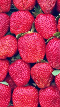 Shared by Find images and videos about fruit and strawberry on We Heart It - the app to get lost in what you love. Galaxy S8 Wallpaper, Wallpaper Iphone Cute, Cute Wallpapers, Floral Wallpapers, Cellphone Wallpaper, Food Wallpaper, Wallpaper Backgrounds, Mobile Wallpaper, Walpapers Iphone