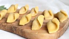 Casoncelli Si chiamano Casoncelli e sono dei ravioli tipici in tutto il territorio lombardo.Ne esistonoparecchie versioni, da quelli bergamaschi a quelli bresciani, ma oggi ci soffermiamo appunto sui Casoncelli alla bergamasca. È una ricetta tradizionale, troverete questo piatto sulle tav... Tortellini, Ravioli, Pasta Recipes, Spaghetti, Cooking Ideas, Carne, Noodles, Food, Gourmet