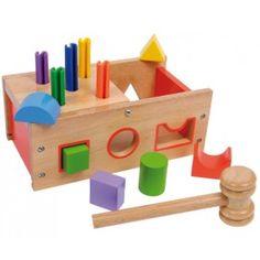 Farebne lakovaný box z bukového dreva deťom hravo približuje svet tvarov, farieb a motoriky. Zasúvať geometrické prvky do príslušných otvorov, zatĺkať robustné plastové kolíky do otvorov s polovičným sklopným viečkom je skvelá zábava pre detské ruky i oči.