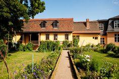 Blick auf die Rückseite von Goethes Wohnhaus aus dem Hausgarten (Goethes walled garden at  Frauenplan)
