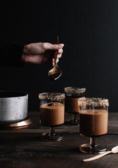 Les desserts sans cuisson, c'est la vie. Si je pouvais ne jamais utiliser mon four, je le ferais. Surtout que je cuisine des desserts presque exclusivement quand je reçois des invités. Cette recette me permet donc de préparer le dessert pendant que le four est utilisé pour chauffer le plat principal ou quelques accompagnements.