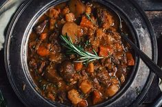 I just love when winter is slowly setting itself. It makes want to cook all sorts of braised meals like this beef stew with Maudite beer. Serve on a cousco Best Food Photography, Confort Food, Cooking Recipes, Healthy Recipes, Yummy Recipes, Irish Stew, Slow Cooker, Chicken Recipes, Good Food