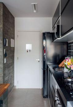 Cozinha preta Menos paredes e mais cores trouxeram luz e aconchego ao apê no Rio - Casa