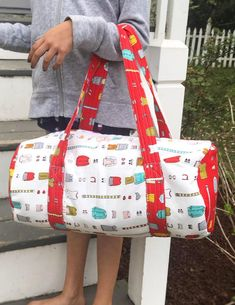 This free Mini Duffel Bag Pattern is the perfect size for a child sleepover bag. It is big enough to hold all her overnight essentials. Duffle Bag Patterns, Bag Patterns To Sew, Sewing Patterns Free, Free Sewing, Sewing Tips, Sewing Ideas, Craft Patterns, Sewing Hacks, Quilt Patterns