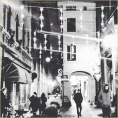 Impressioni di Dicembre. La #PicOfTheDay #turismoer di oggi passeggia per il centro di #Bologna acceso dalle luci del #Natale in arrivo. Complimenti e grazie a @elisabetta_nic / December Impressions. Today's #PicOfTheDay #turismoer strolls through the old town centre of #Bologna lit up by the coming #Christmas. Congrats and thanks to @elisabetta_nic