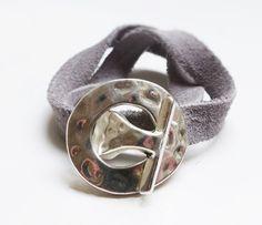 Bracelet double tour, ruban en daim gris et fermoir martelé argenté : Bracelet par mademoiselle-topaze-bijoux