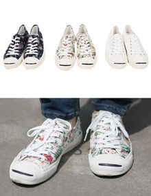 Today's Hot Pick :Printed Low Cut Sneakers http://fashionstylep.com/SFSELFAA0011217/top3666en1/out Printed with the varying designs, these low cut sneakers make a confident statement. They have been crafted with canvas uppers and rubber sole for cool comfort, and their classic shape will work well with turned-up, slim black denim. - Round toe with toe cap - Lace up front - Low cut design - Colors: White, Flower Ivory, Navy Flower